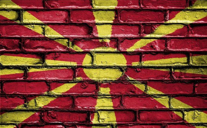 Βόρεια Μακεδονία: Η Βουλή απέπεμψε την υπουργό Εργασίας για την επίμαχη πινακίδα με το όνομα
