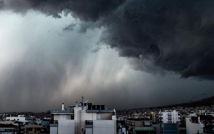 Κεραυνός «σκάει» σαν βόμβα δίπλα σε παρέα στη Ρόδο (vd)