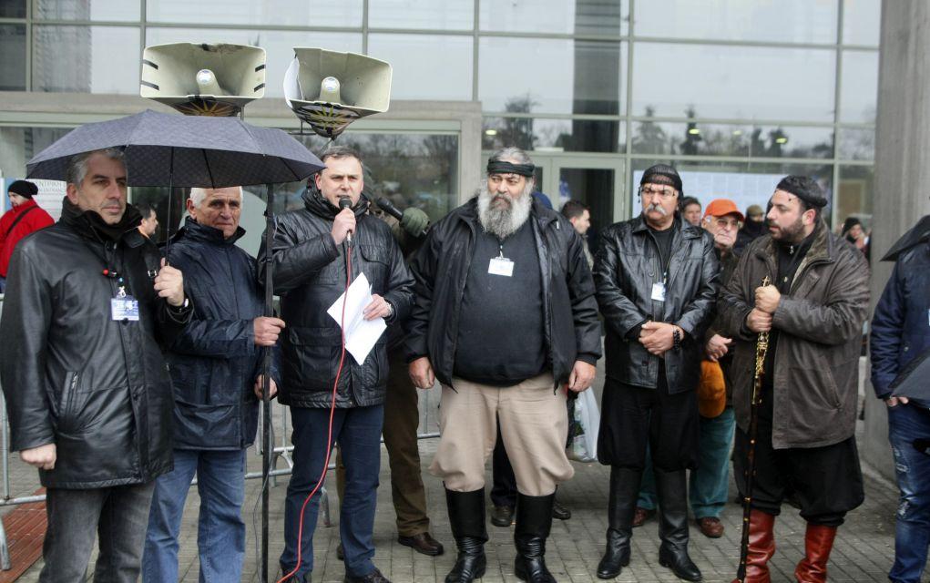 Παραίτηση Μπουτάρη ζητούσαν οι συγκεντρωθέντες έξω από το δημαρχείο (pics)