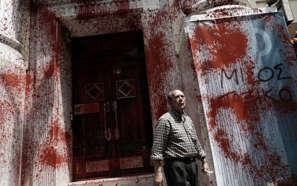 Ηλικιωμένος άντρας στέκεται μπροστά απο το Εμπορικό και Βιομηχανικό Επιμελητήριο στο οποίο διαδηλωτές πέταξαν κόκκινη μπογιά κατά την διάρκεια 24ωρης Πανελλαδικής Απεργίας, Θεσσαλονίκη, 17 Μαΐου 2017