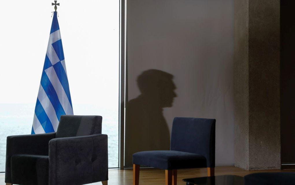 Η σκιά του Έλληνα πρωθυπουργού Αλέξη Τσίπρα διακρίνεται στον τοίχο, καθώς αυτός αναμένει τον ισραηλινό Πρωθυπουργό Μπέντζαμιν Νετανιάχου να φτάσει στο Μέγαρο Μουσικής Θεσσαλονίκης για την τριμερή συνάντηση Ελλάδας, Κύπρου, Ισραήλ (15 Ιουνίου 2017)