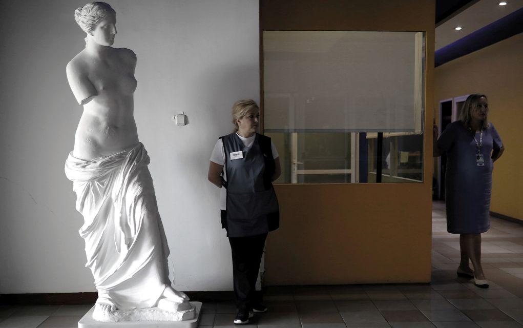 Γυναίκες δίπλα σε αντίγραφο του αγάλματος της Αφροδίτης της Μήλου, σε κοινόχρηστο χώρο της Διεθνούς Εκθέσεως Θεσσαλονίκης