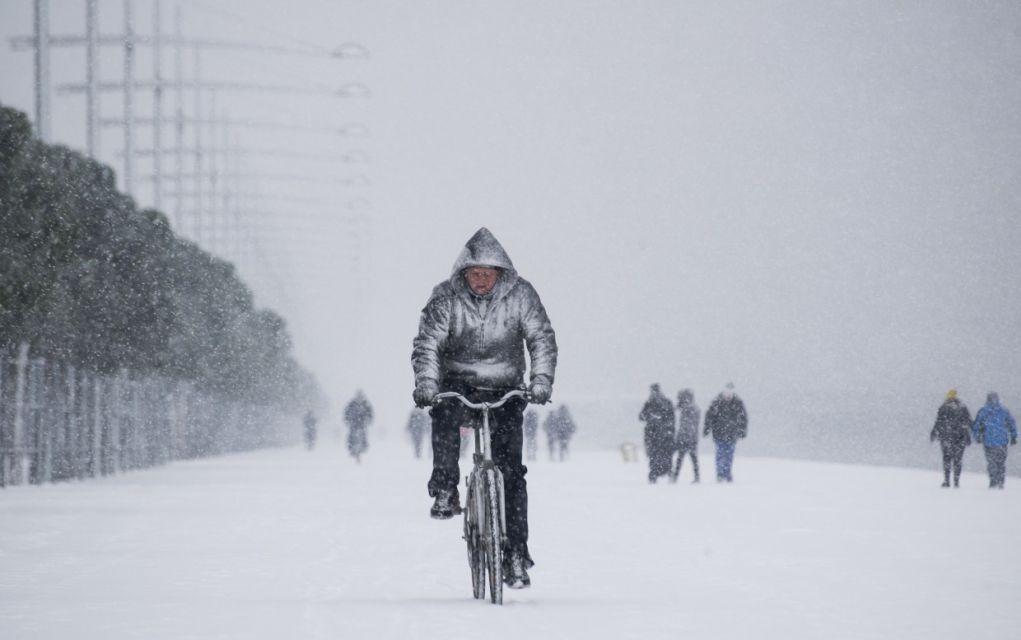 Χιόνια στη Θεσσαλονίκη : Άντρας κάνει ποδήλατο στην παραλία Θεσσαλονίκης
