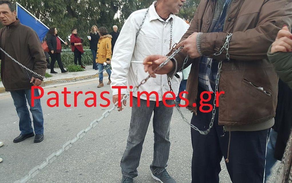 Με αλυσίδες υποδέχθηκαν τον Τσίπρα στην Πάτρα