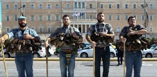 """Αθήνα: Οι """"Κουδουνάτοι"""" έκαναν παρέλαση στην πλατεία Συντάγματος (pics)"""