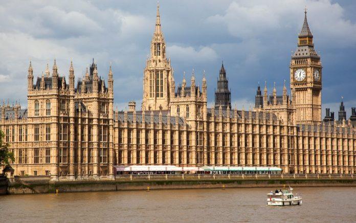 Έκτακτο: Ύποπτο δέμα στο βρετανικό κοινοβούλιο