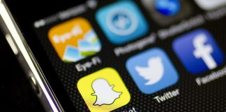 Εκτός Facebook και Instagram «επικίνδυνες φωνές»