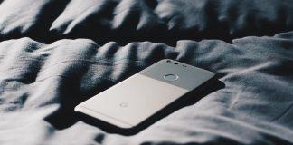 Έρευνα: Το 53% των Ελλήνων παίρνει το κινητό του στο κρεβάτι