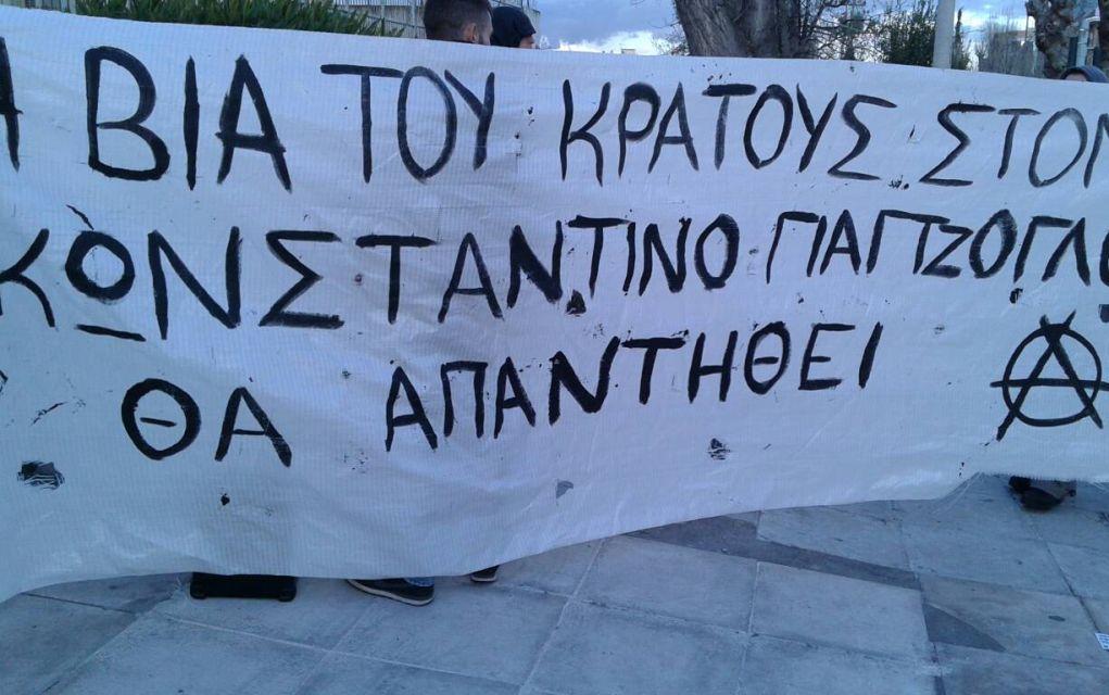 Αντιεξουσιαστές έξω από το σπίτι του Λουκά Παπαδήμου (vd-pics)