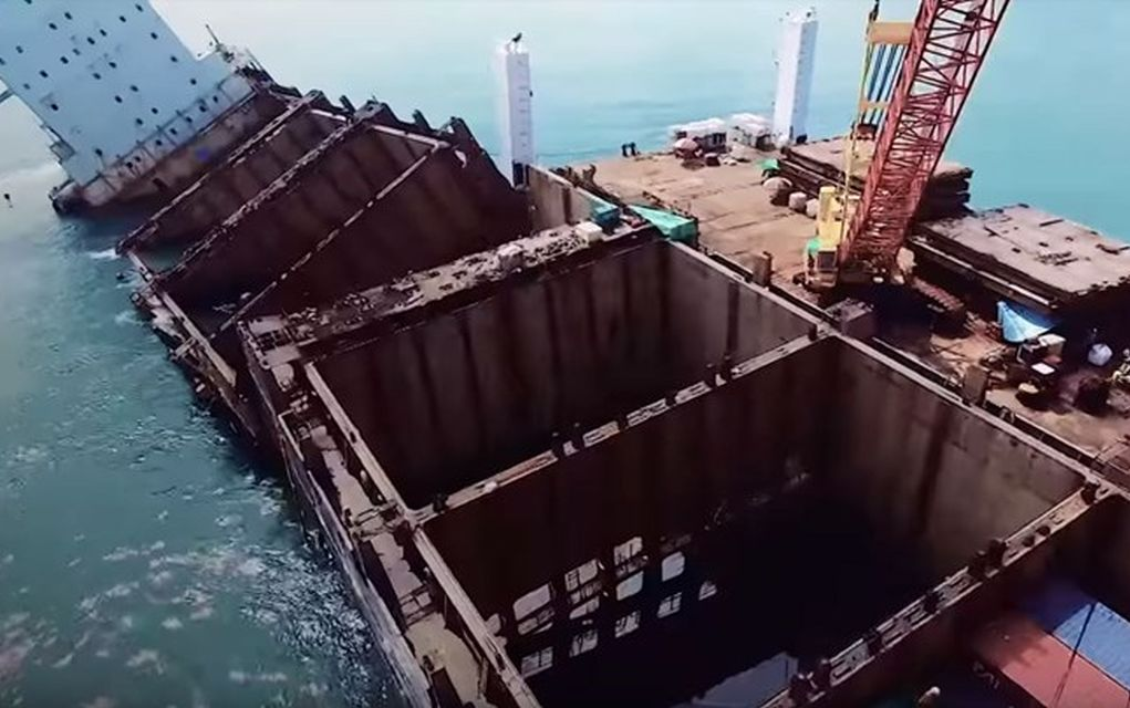 Έκοψαν το πλοίο στη μέση για να περιορίσουν τη ρύπανση!