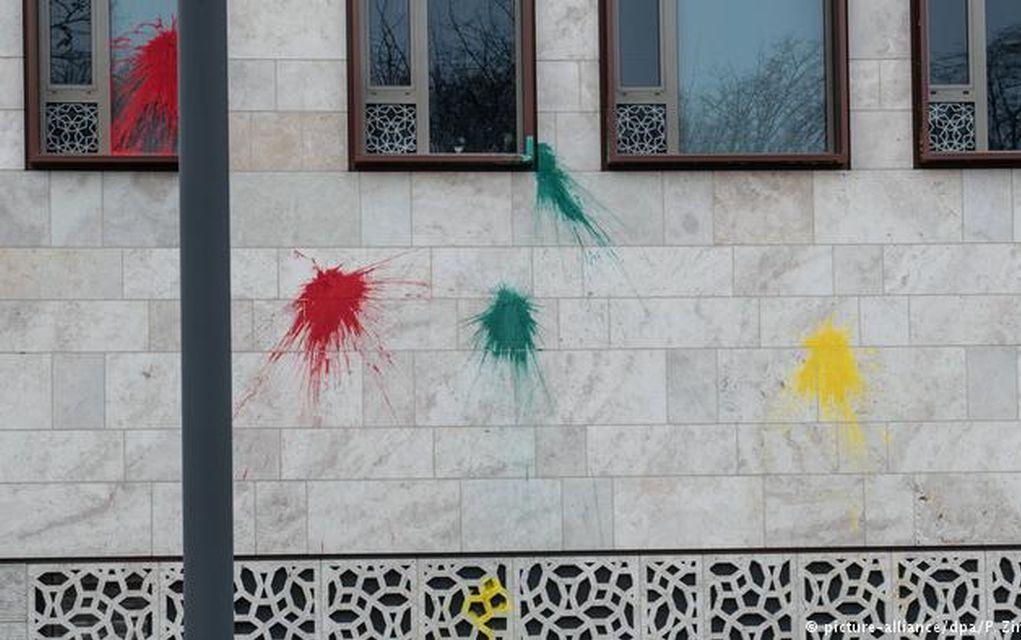 Μπογιές και καπνογόνα στην τουρκική πρεσβεία στο Βερολίνο (pic+vd)
