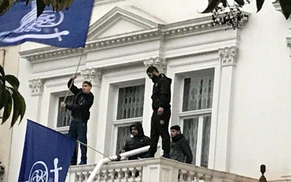 Λονδίνο: Εισβολείς κατέβασαν την σημαία από την πρεσβεία του Ιράν (vd)