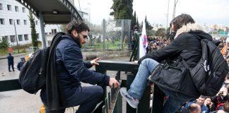 Άνοιξαν οι πόρτες του υπουργείου Παιδείας για τους διαδηλωτές