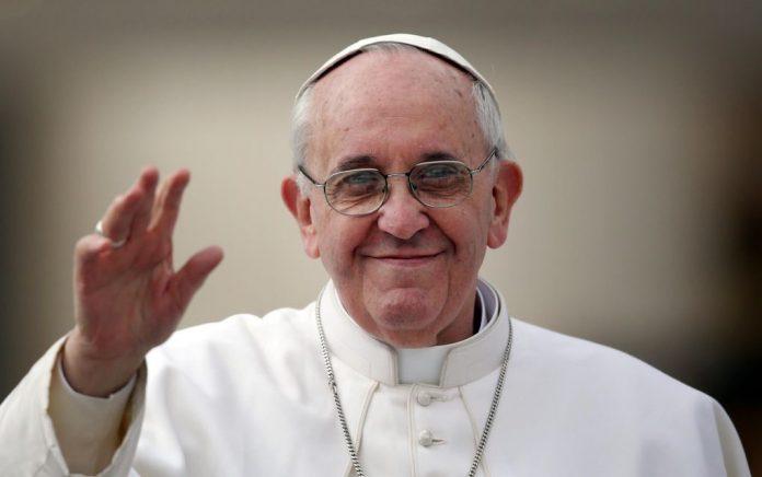 Ο Πάπας δίνει 100.000 ευρώ σε πρόσφυγες