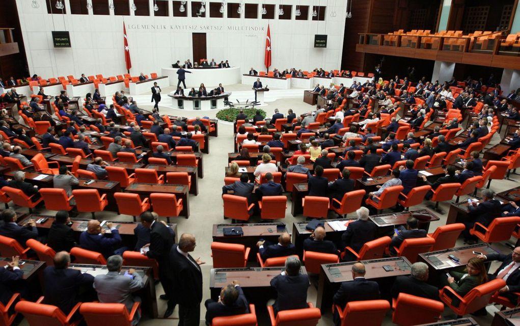 Πεδίο μάχης η τουκική βουλή έπειτα από ψήφιση νομοσχεδίου (vd)