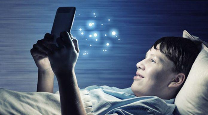 Οι «μπλε» οθόνες των κινητών επηρεάζουν τον ύπνο των παιδιών