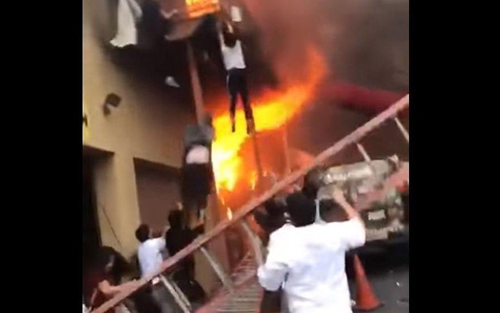 ΗΠΑ: Βουτάν στο κενό για να γλυτώσουν από τις φλόγες! (vd)