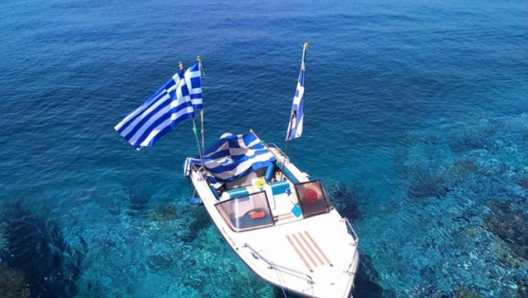 Hurriyet: Αυτοί ύψωσαν την ελληνική σημαία (pic)