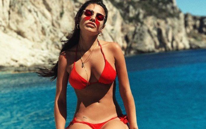 Η Κόνι Μεταξά είναι η πιο σέξι ντελιβεράς που θα ήθελες να υπάρχει