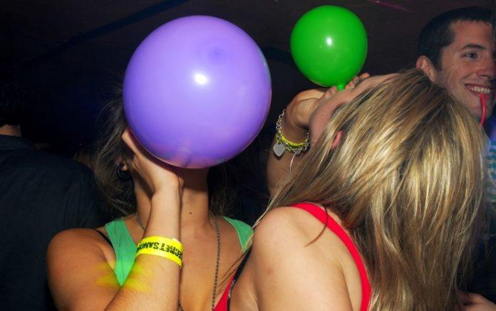 Ηράκλειο: Σύλληψη ανηλίκου που πωλούσε σε μαγαζιά μπαλόνια με αέριο γέλιου