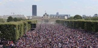 Αρχίζουν τα πανηγύρια στη Γαλλία - «Πλημμύρισαν» από κόσμο τα Ηλύσια Πεδία (vd)