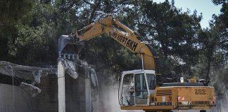 Μέσα σε... αποθέωση γκρεμίστηκαν τα αυθαίρετα του Δήμου Ν. Φιλαδέλφειας στο Άλσος