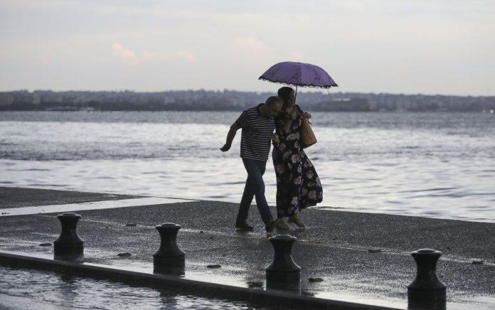 Επιδείνωση του καιρού με βροχές και καταιγίδες και αύριο