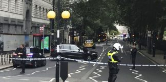 Λονδίνο: Η τρομακτική στιγμή που το όχημα πέφτει πάνω σε πεζούς (vd)