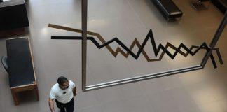Πτώση 0,85% με εκροές και προσδοκία απο ΟΤΕ