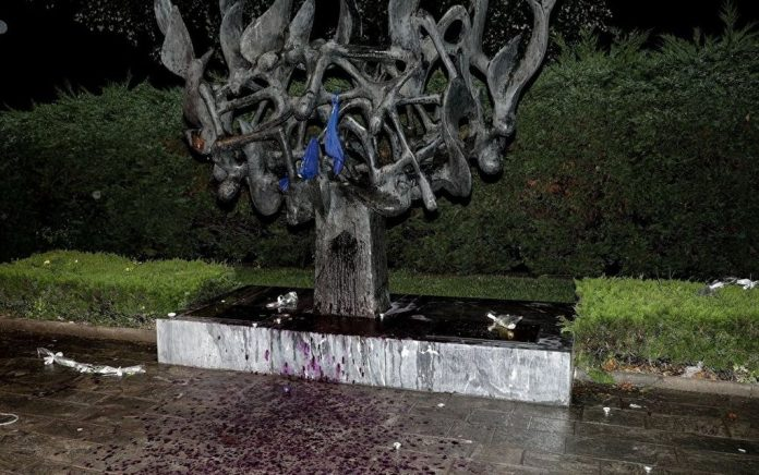 Η παράταξη του Χ. Αηδονόπουλου περιζώνει το Μνημείο Ολοκαυτώματος