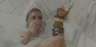 Η Τούνη απολαμβάνει γλυκά στην μπανιέρα! (vd) - Politik.gr