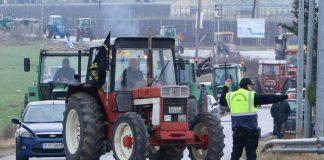 Κλείνουν και τον κόμβο Πλατυκάμπου οι αγρότες από το μπλόκο της Νίκαιας