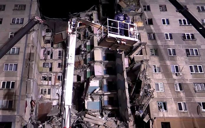 Οι διασώστες ψάχνουν για κατοικίδια στα ερείπια στο Μαγκνιτογκόρσκ