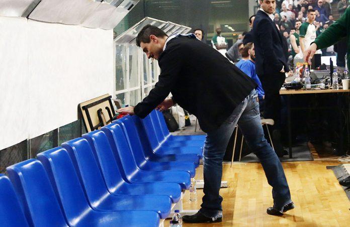 Ο Γιαννακόπουλος άφησε… κόκκινο εσώρουχο στον πάγκο του Ολυμπιακού! (pic)