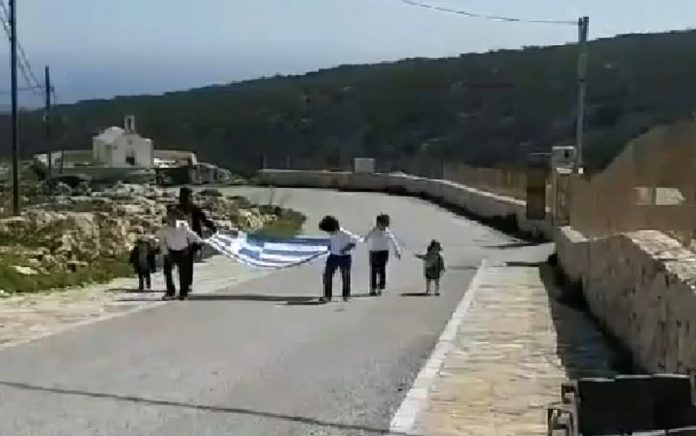Γαύδος: Παρέλαση με τρεις μαθητές και μία ελληνική σημαία (vd)