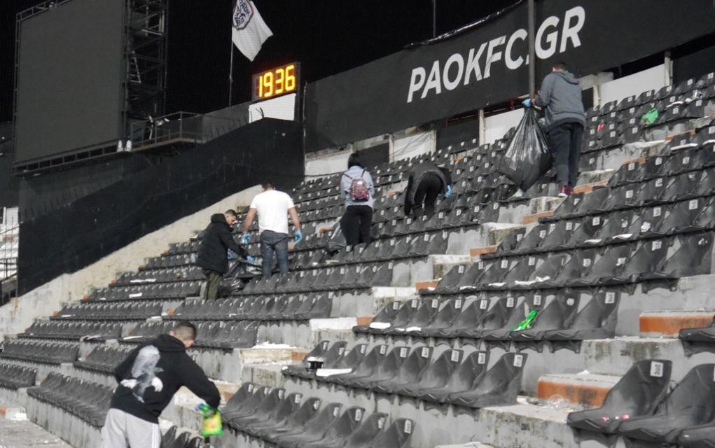 Μαθητές καθάρισαν τις κερκίδες της Τούμπας μετά τον αγώνα (pics)