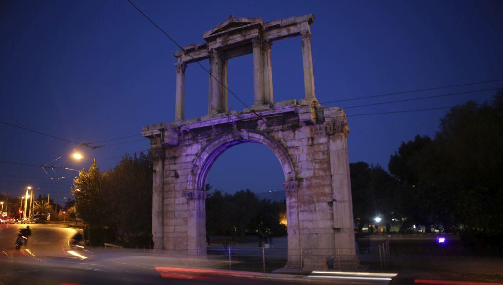 """Η Αψίδα του Αδριανού """"έγινε"""" μπλε"""