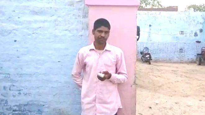 Ινδός έκοψε το δάχτυλό του επειδή ψήφισε λάθος κόμμα! (vd)