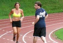 Κάψτε 6 φορές περισσότερες θερμίδες από το τρέξιμο με… retro-running!