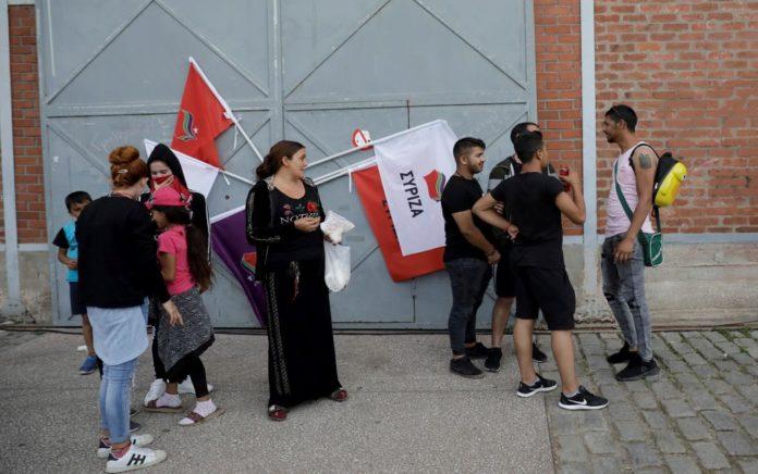 Δεκάδες Ρομά με... σημαίες ΣΥΡΙΖΑ στην ομιλία του Τσίπρα! (vd)