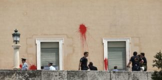 Επίθεση του Ρουβίκωνα με μπογιές στη Βουλή