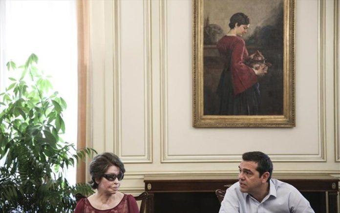 Ο Τσίπρας υπόσχεται αύξηση 10% στους μισθούς των σχολικών καθαριστριών