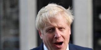 Brexit: Επιστολές Τζόνσον - Ζητά αναβολή, αλλά... δε τη θέλει