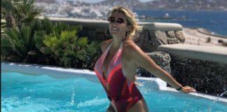 H «χυμώδης» Κωνσταντίνα Σπυροπούλου απολαμβάνει τις διακοπές της στη Μύκονο