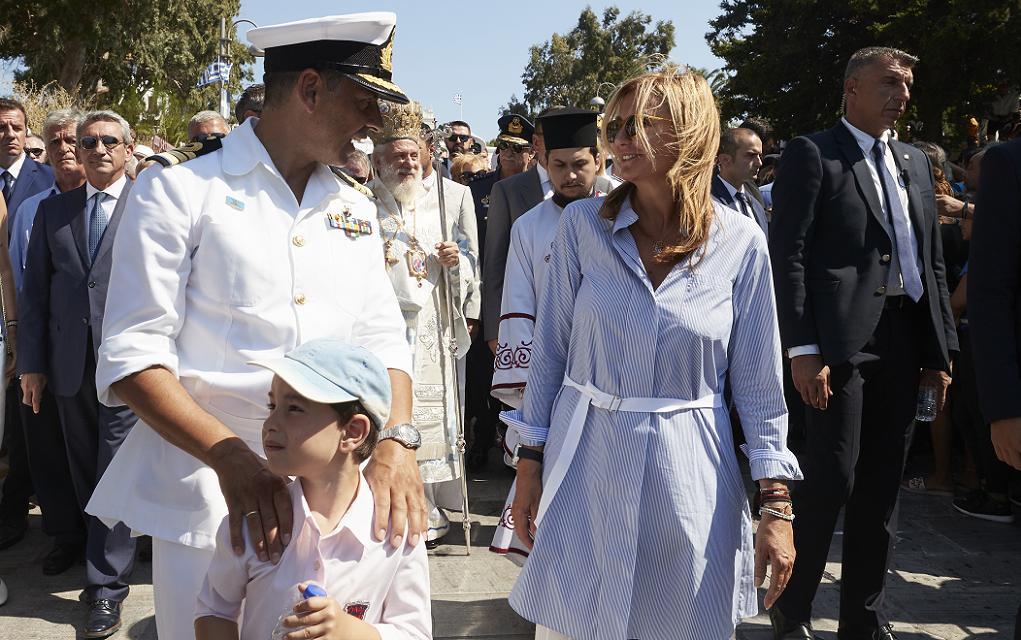 Συνοδεία της συζύγου του ο Κυριάκος Μητσοτάκης στην Τήνο (pics)