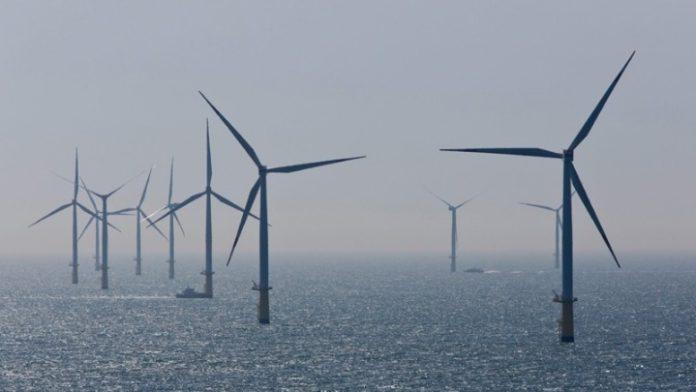 Πιο φιλόδοξους στόχους για τις ανανεώσιμες πηγές ενέργειας και την ενεργειακή απόδοση θα προβλέπει το τελικό Εθνικό Σχέδιο για την Ενέργεια και το Κλίμα (ΕΣΕΚ), σε σχέση με εκείνο που υπεβλήθη στην Ευρωπαϊκή Επιτροπή στις αρχές του έτους. Ήδη ο στόχος για το μερίδιο των ΑΠΕ στο σύνολο της παραγόμενης ενέργειας - όπως ανακοίνωσε ο πρωθυπουργός, Κυριάκος Μητσοτάκης, στη ΔΕΗ - αυξάνεται στο 35% αντί του 31% που είχε αρχικά προβλεφθεί.