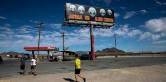 Οι λάτρεις των UFO άρχισαν να συγκεντρώνονται στην ύπαιθρο της Νεβάδας σήμερα, κοντά στη μυστική στρατιωτική εγκατάσταση που είναι γνωστή με την ονομασία «Περιοχή 51», όπου εδώ και χρόνια φημολογείται ότι φυλάσσονται κρατικά μυστικά που αφορούν τους εξωγήινους.