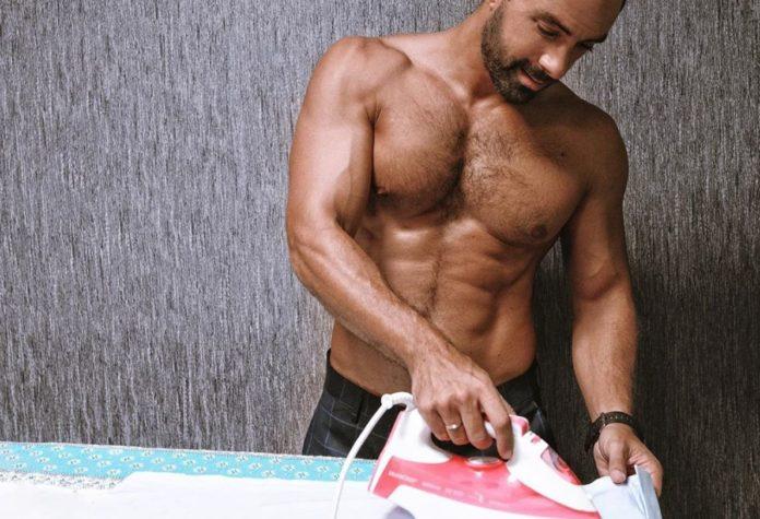 Ο Σάκης Τανιμανίδης κάνει τις δουλειές του σπιτιού! (pic)
