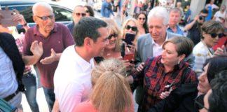 Αίγιο: Συζήτηση Τσίπρα με πολίτες