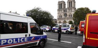 Οι ερευνητές δεν αποκλείουν καμία υπόθεση για τα κίνητρα του άνδρα που επιτέθηκε στην αστυνομική διεύθυνση του Παρισιού